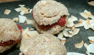 Macarons crus fraise-coco