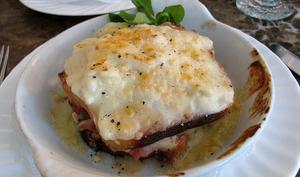 Croque-monsieur croque-madame au jambon cuit au foin, fromages, béchamel, oeufs, échalotes