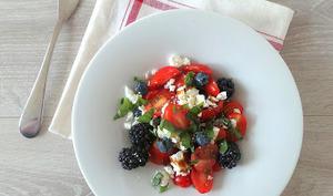 Salade de tomates cerise, mûres, myrtilles et feta