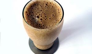 Milk-shake au café, crème glacée à la vanille, chocolat et cannelle