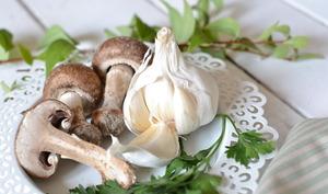 """Crumble de champignons et fèves au """"beurre"""" d'ail persillé"""