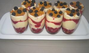 Tiramisu spéculos, fromage blanc et compotée de framboises et de mûres