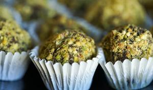 Truffes au chocolat amarena et éclats de pistaches