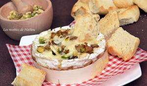 Camembert au four avec ses oignons confits au balsamique, pistaches et pignons de pin