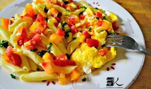Pâtes aux tomates et œufs brouillés au basilic
