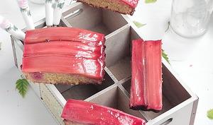 Gâteau à la semoule, rhubarbe rôtie au sirop de framboise et eau de rose
