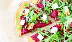 Pizza veggie au pesto de betteraves sur fond de pâte de chou fleur
