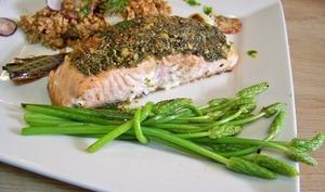Pavé de saumon en croûte d'herbes, ornithogales et jus d'aneth
