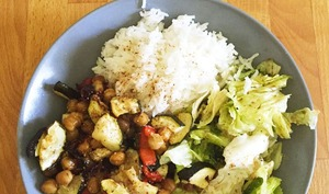Légumes d'été et pois chiche rôtis, riz et crudités