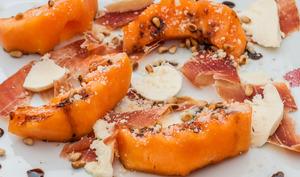 Melon grillé au jambon, mozza et pignons de pin
