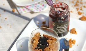 Panna Cotta vanille, cerise noire piment d'Espelette et son crumble