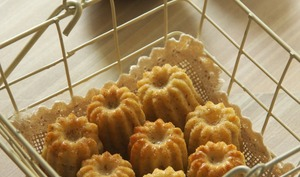 Minis cannelés à la fève tonka et aux kiwis jaunes