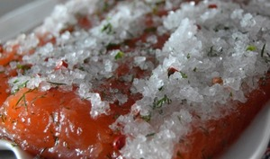 Saumon gravlax aux baies roses et à l'aneth
