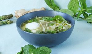 Power bowl de bouillon printanier asperges, fèves et gingembre