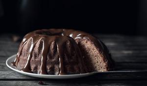 Bundt cake à la ricotta et coulis de caramel au beurre salé et rapadura