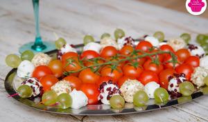 Brochettes de chèvre frais accompagnées de tomates cerises et raisin