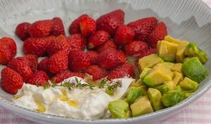 Salade de fraises à l'avocat et à la burrata