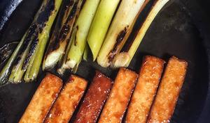 Tofu teriyaki et poireaux grillés