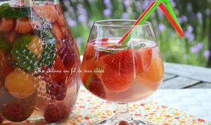 Sangria blanche au melon, pastèque, fraises et framboises
