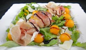 Salade de chèvre chaud au lard, melon et jambon de Parme