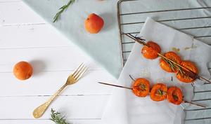 Brochettes d'abricots rôtis au miel et romarin