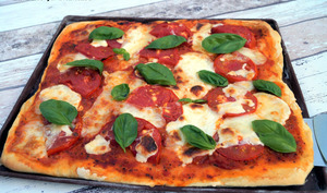 Pizza maison tomates basilic burrata