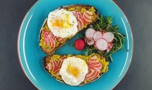 Avocado toast, légumes croquants et œuf poché express