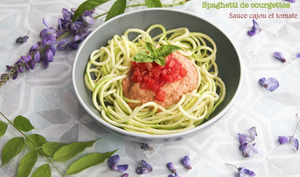 Spaghetti de courgettes à la sauce tomate et noix de cajou