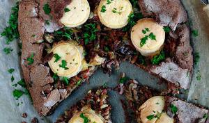 Tarte rustique aux oignons, lardons, cèpes et crottins