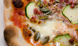 Pizza à la courgette, aux lardons et aux graines