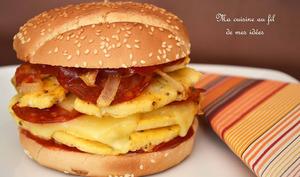 Burger à l'omelette, oignons, chorizo et fromage à raclette