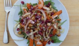 Salade de carottes rôties, pois chiches croustillants et vinaigrette au citron et à l'ail rôti