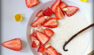 Crèmes légères à la vanille et fraises de saison