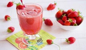 Jus de fraises au vin rosé glacé