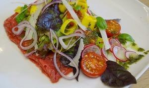 Carpaccio de boeuf, tomates cerises, courgette jaune, radis et son pistou niçois