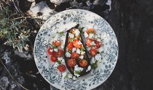 Aubergine rôtie, tomates cerises, chèvre frais et basilic citron