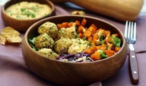 Buddha bowl aux falafels, butternut rôtie, chou rouge et houmous