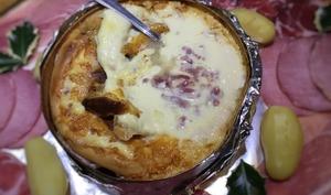 Mont D'or au four cuit dans sa boîte au vin blanc et lardons