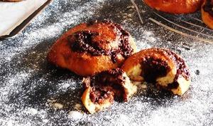 Brioches roulées au chocolat, amandes et cannelle