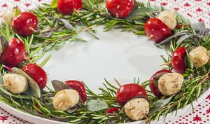 Couronne de Noël aux poivrons et à la mozzarella