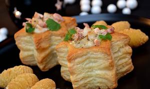 Feuilletés au saumon, noix de Saint-Jacques, chicons et crevettes grises