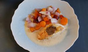 Suprême de volaille. Sauce suprême. Légumes d'hiver et truffe.