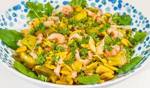 Salade de pâtes aux agrumes et au poivre, crevettes grises et poireaux