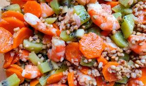 Salade de sarrasin, carottes, crevettes et kiwis