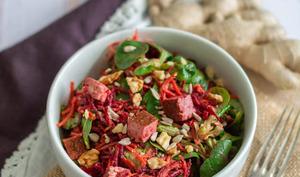 Salade de quinoa, mâche, betterave, carottes et tofu aux noix