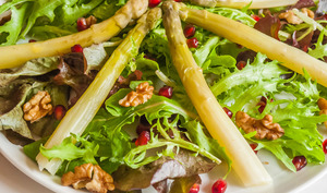Salade d'asperges blanches, noix et grenade
