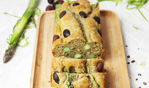 Cake aux asperges vertes et tapenade d'olives noires