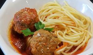 Spaghetti, boulettes et sauce tomate épicée
