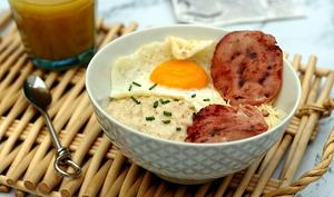 Porridge au bacon, oeuf et fromage