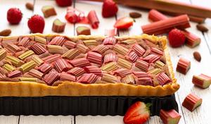 Tarte à la rhubarbe, amande et fraise